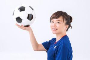 サッカーボールを持つ